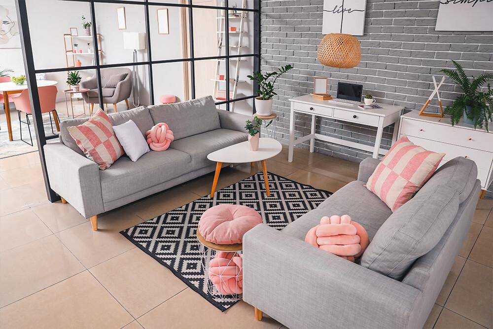 szary salon z różowymi dodatkami, jak ustawić meble w pokoju, meble do salonu
