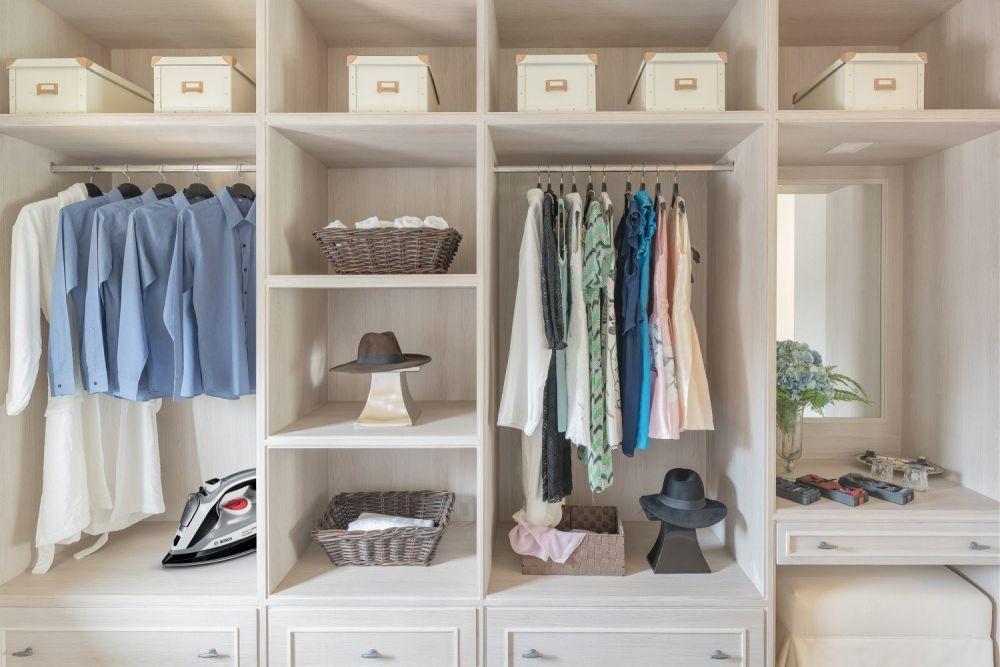 szafy z pudełkami i ubraniami w środku
