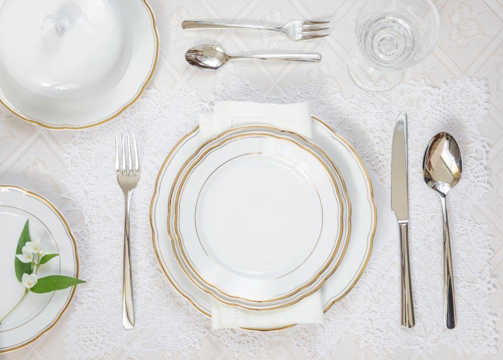 biały obrus, zastawa stołowa