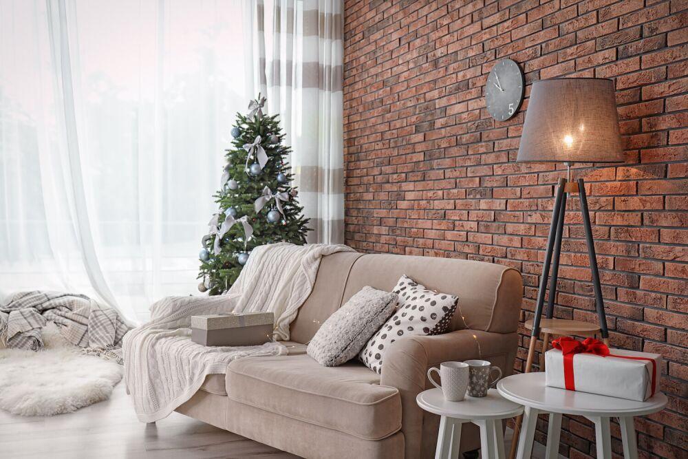 ceglana ściana w salonie, lampa stojąca do salonu