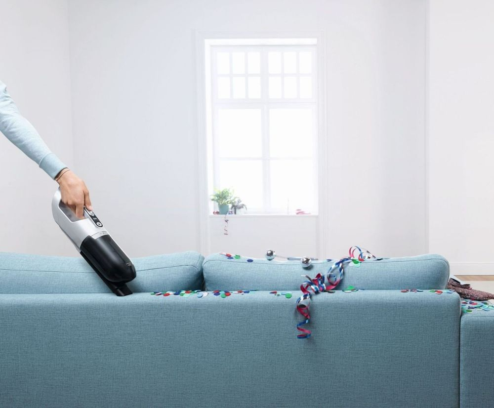 odkurzanie niebieskiej kanapy z confetii