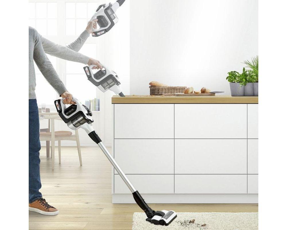 odkurzanie odkurzaczem dywanu, blatu w kuchni i ścian