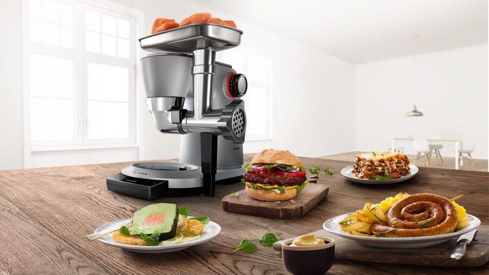 robot kuchenny z przystawką do mielenia mięsa, pasztet, burgery, rolady na drewnianym stole