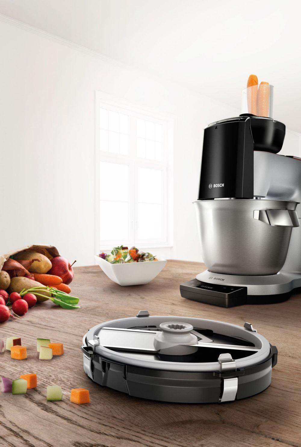 robot kuchnenny z przystawką do siekania warzyw i owoców, sałatka w białej misce na stole