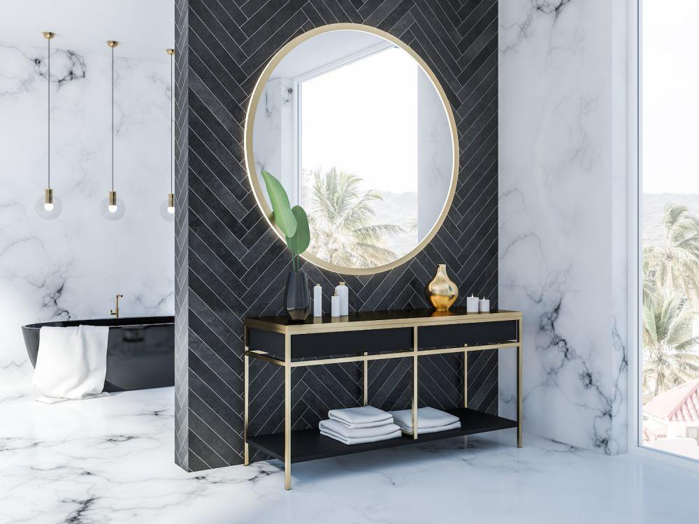 duże złote lustro na czarnej ścianie, łazienka glamour