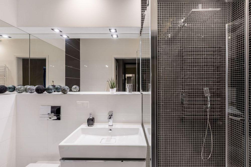 oświetlenie podszafkowe w biało-czarnej łazience z płytkami