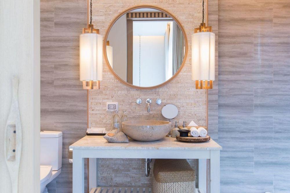 lustro w łazience z wiszącymi lampami po obu stronach