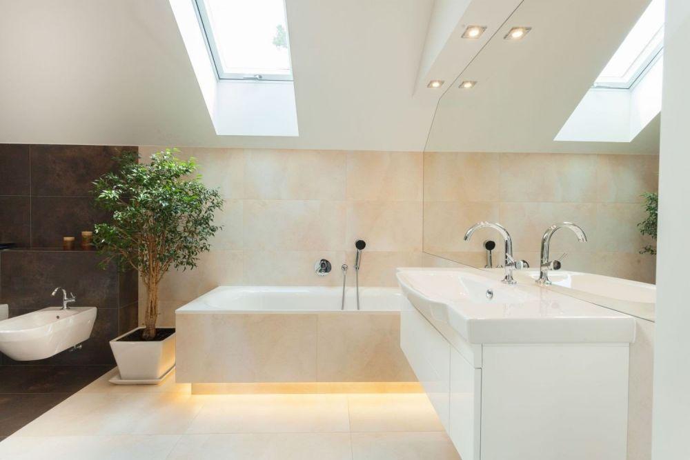 oświetlenie pod wanną w jasnej łazience na poddaszu