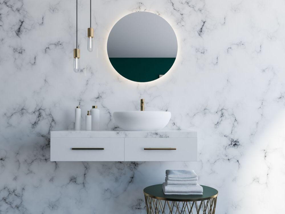 Marmurowa ściana z lustrem i umywalką