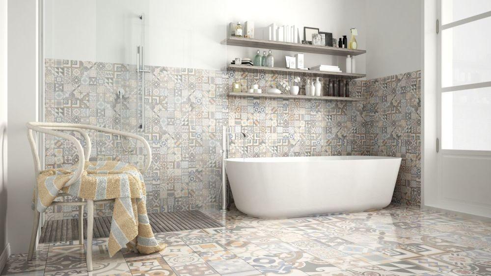 Wzorzyste płytki w łazience na ścianach i na podłodze