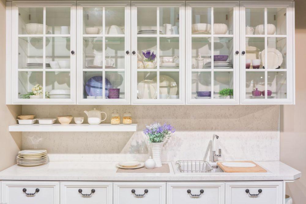 biały kredens kuchenny z naczyniami