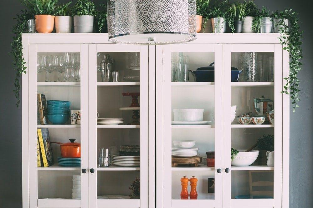 biały, przeszklony kredens w kuchni