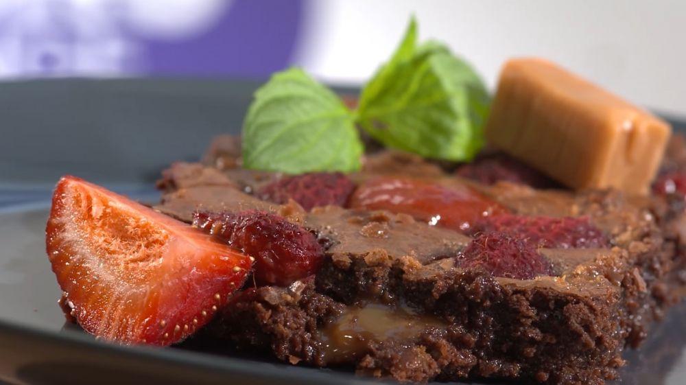 Krówkowe brownie z malinami i miętą oraz sos truskawkowy od Gosi Leśniarek - zdjęcie 1