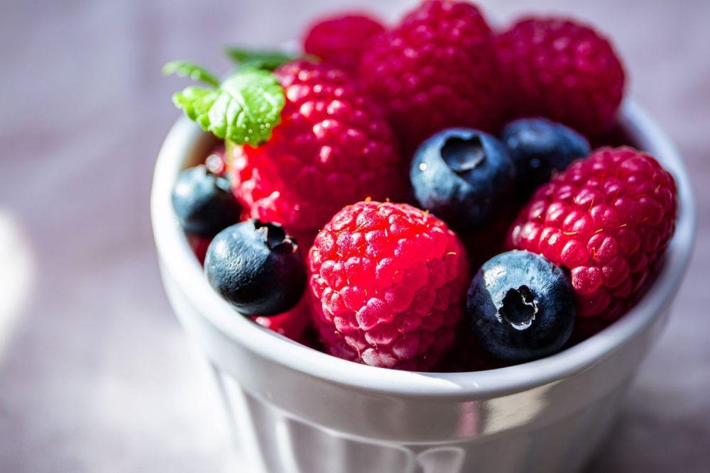 maliny, borówki, jagody, owoce, miska owoców