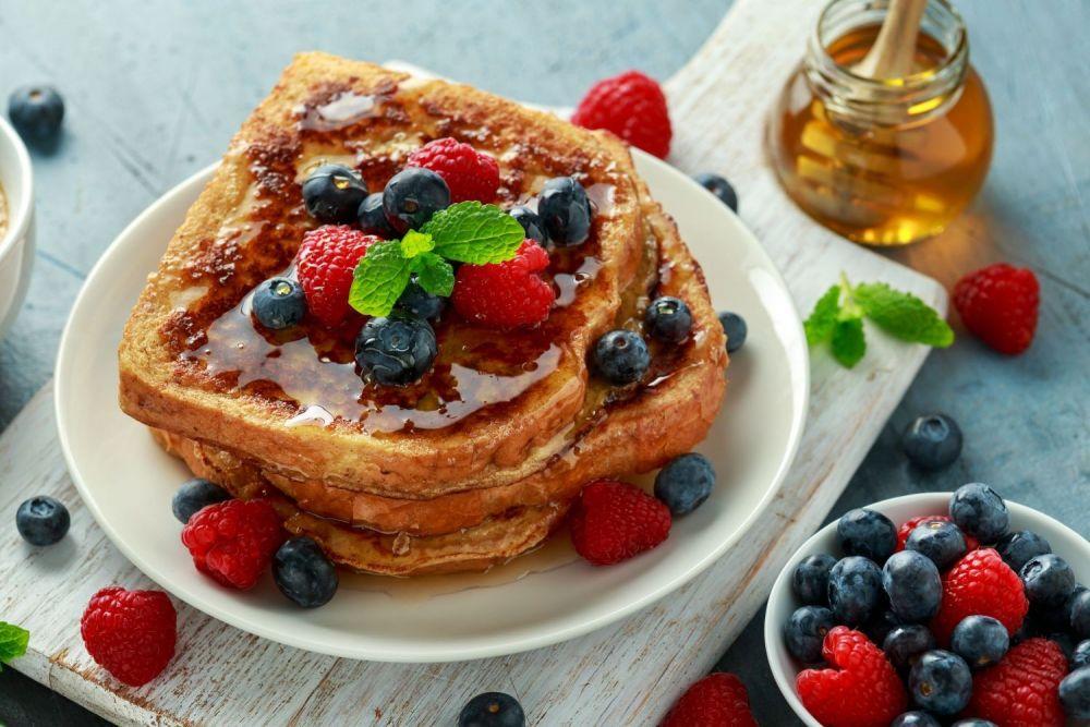 tosty francuskie z miodem i owocami