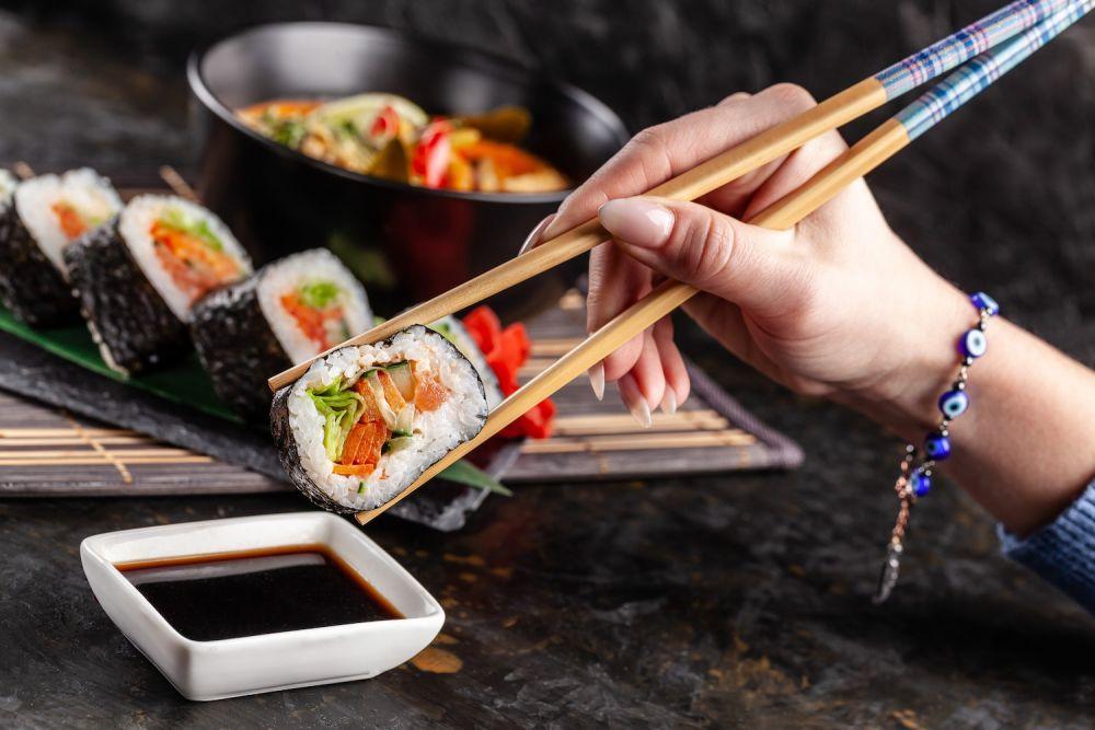 jak jeść pałeczkami, sushi
