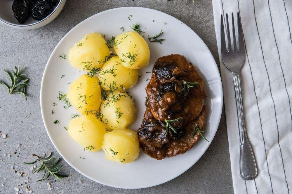 schab w sosie śliwkowym z ziemniakami