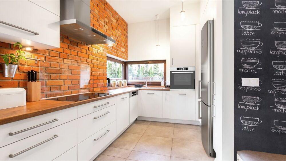cegła na ścianie w kuchni