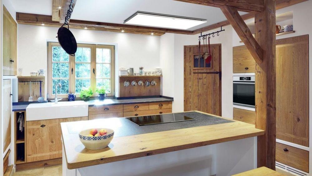 kuchnia z drewnianymi meblami z wyspą na środku