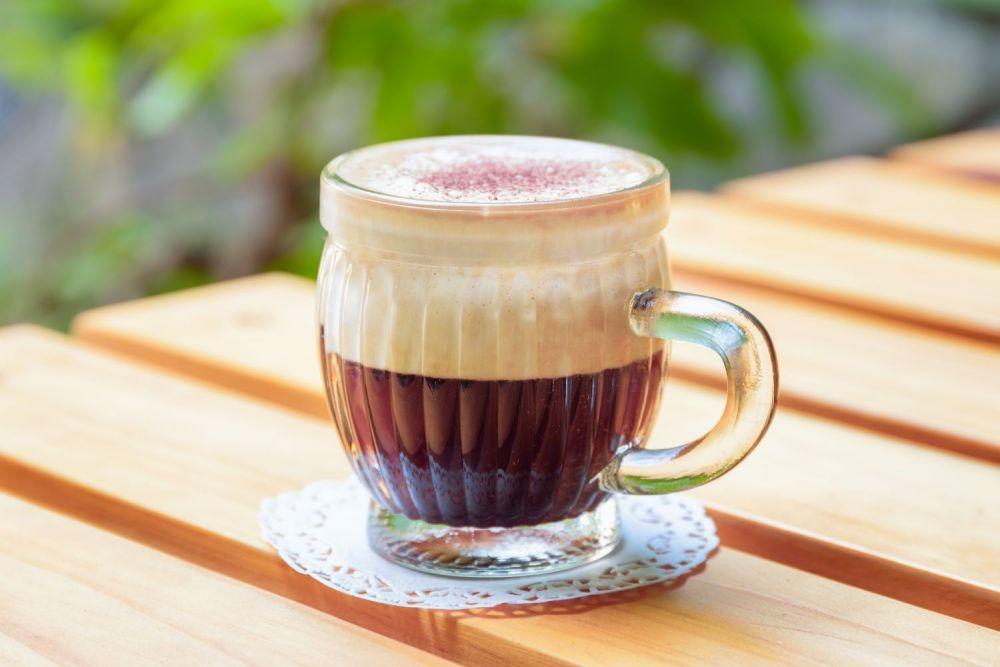 kawa wietnamska na drewnianym stole
