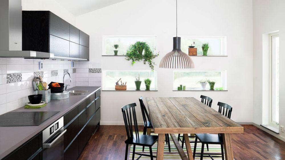 kuchnia, lampa nad stołem, drewniany stół, jasna kuchnia, kuchnia z jadalnią