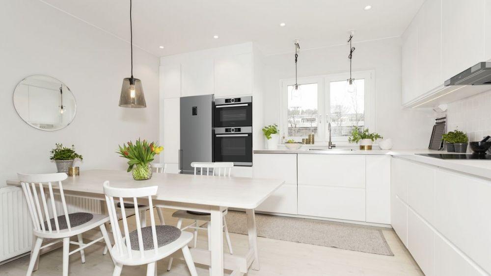 kuchnia, kuchnia z jadalnią, biała kuchnia, kuchnia w bieli, białe meble kuchenne, jasna kuchnia