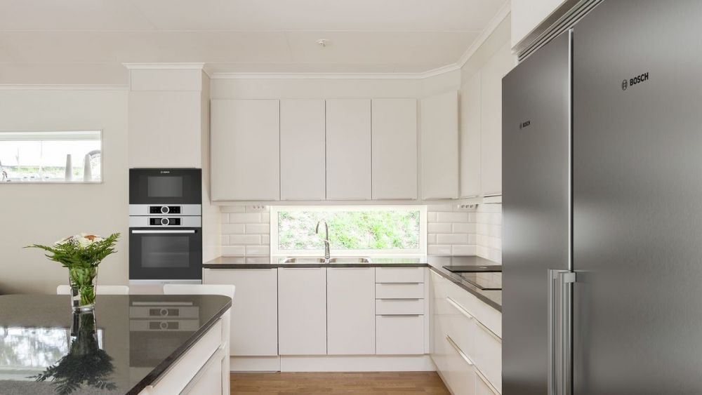 kuchnia, okno, okno horyzontalne, zlew, szafki, kuchnia z oknem
