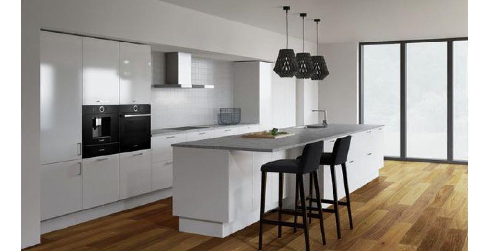 biała kuchnia z drewnianą podłogą i czarnymi lampami