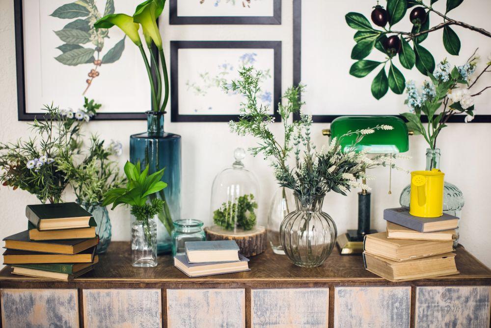 różne kwiaty na stoliku, rośliny