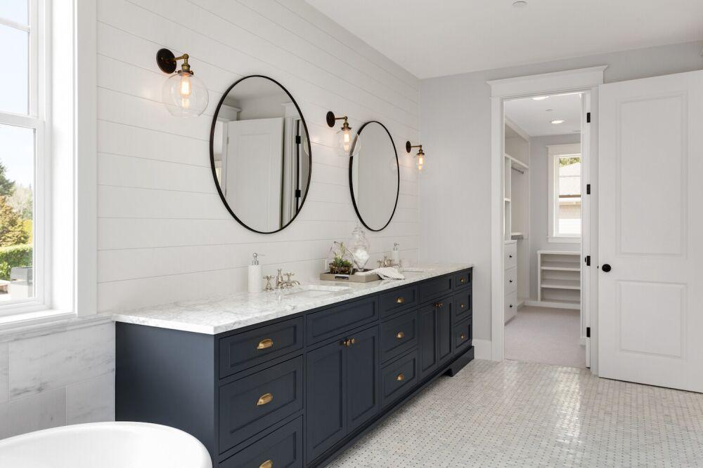 ciemne meble w łazience, łazienka w stylu angielskim, elegancka łazienka