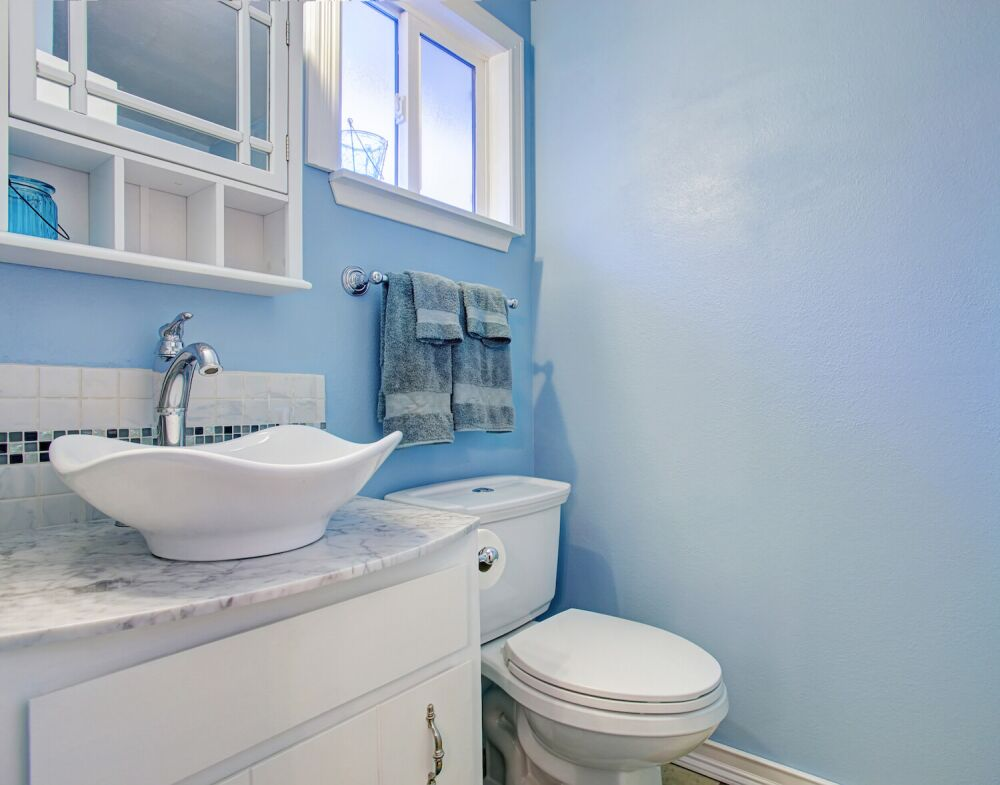 łazienka w stylu morskim, niebieska łazienka
