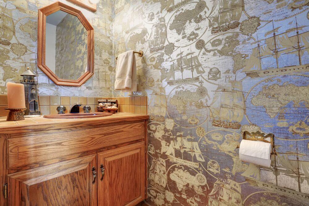 łazienka w stylu morskim, niebieska łazienka, motyw mapy świata w łazience