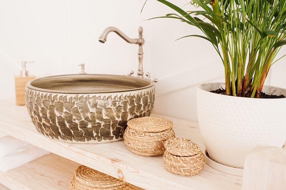 łazienka w stylu rustykalnym, naturalne dodatki do łazienki