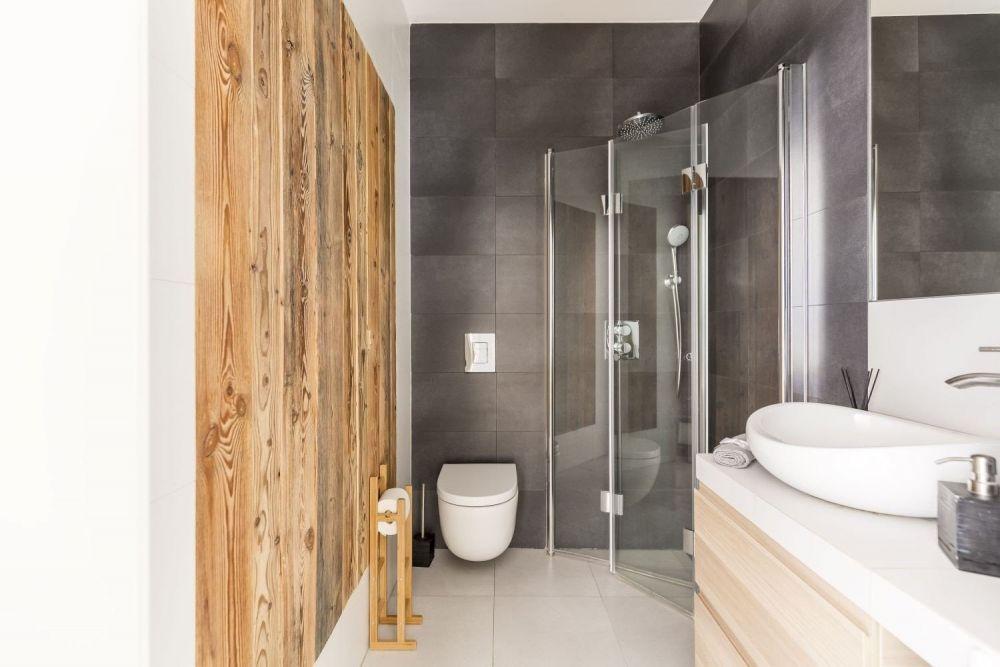 łazienka z prysznicą, drewnianią ścianą