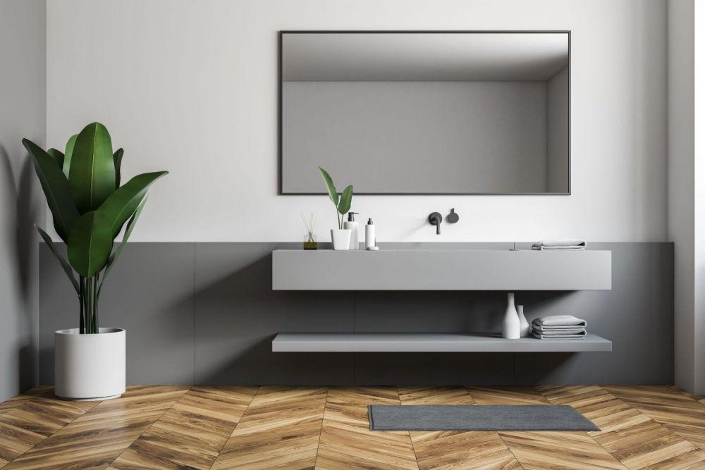 łazienka z dużym lustrem i drewnianą podłogę