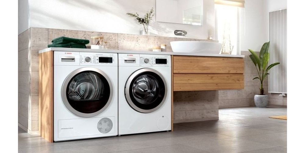 pralka i suszarka w drewnianej zabudowie w łazience
