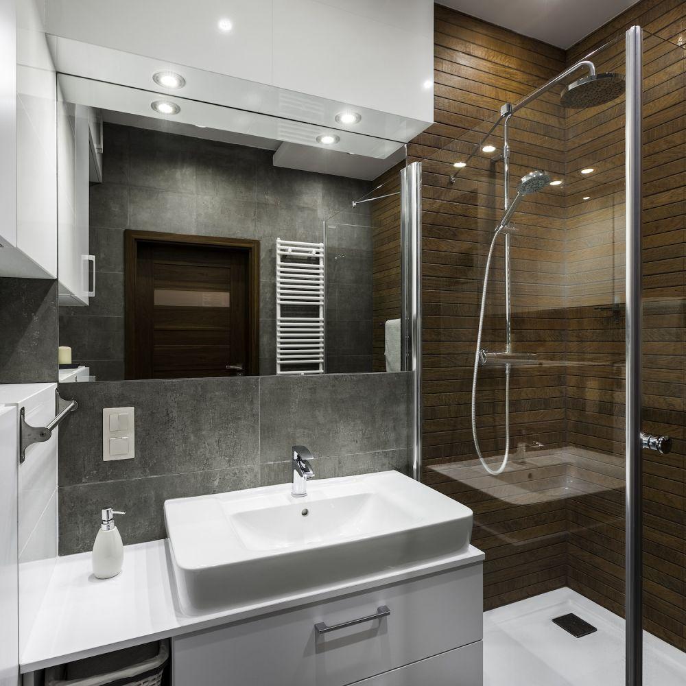 mała łazienka z przeszkloną kabiną prysznicową