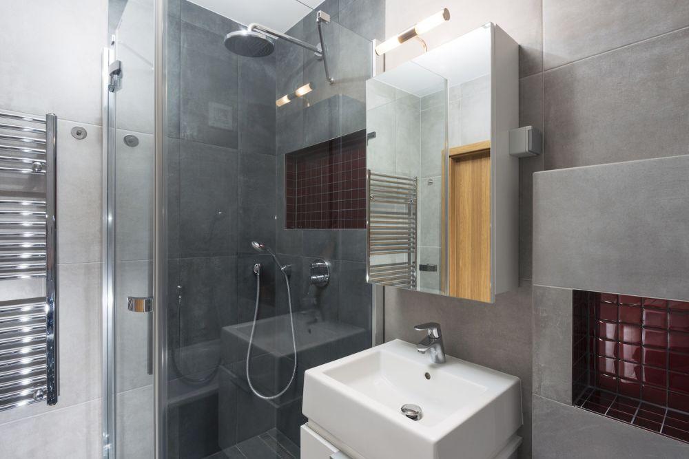mała łazienka z prysznicem z przeszkloną kabiną