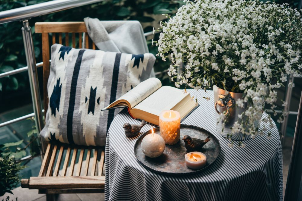 meble na balkon, stolik i krzesło na balkon, książka, przytulny balkon