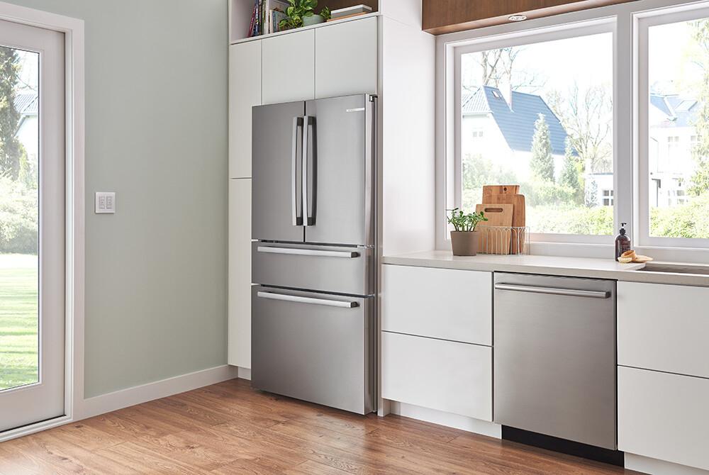 jasna kuchnia ze srebrnym sprzętem AGD
