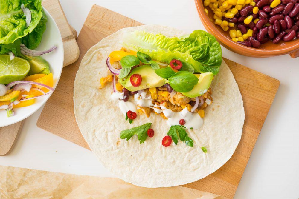 burrito, fasola czerwona, kukurydza, pomidorki koktajlowe, sałata, awokado, kurczak, danie meksykańskie