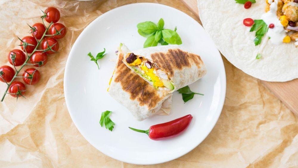 burrito, fasola czerwona, kukurydza, pomidorki koktajlowe, danie meksykańskie