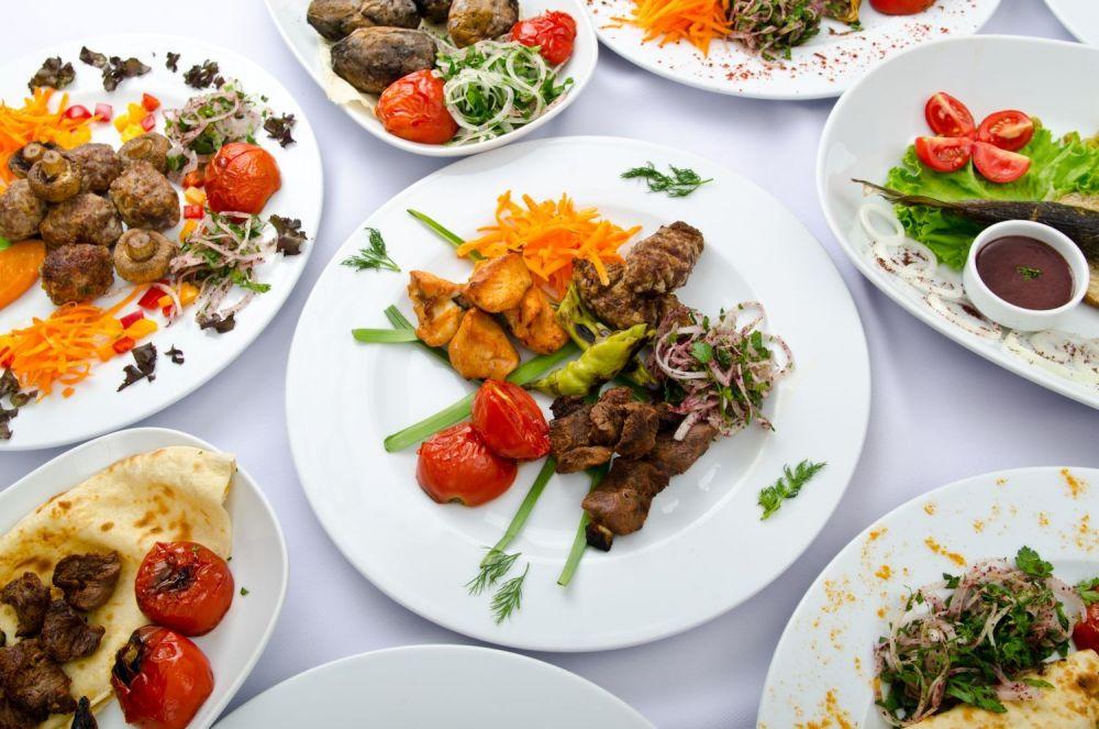 talerze z jedzeniem na stole