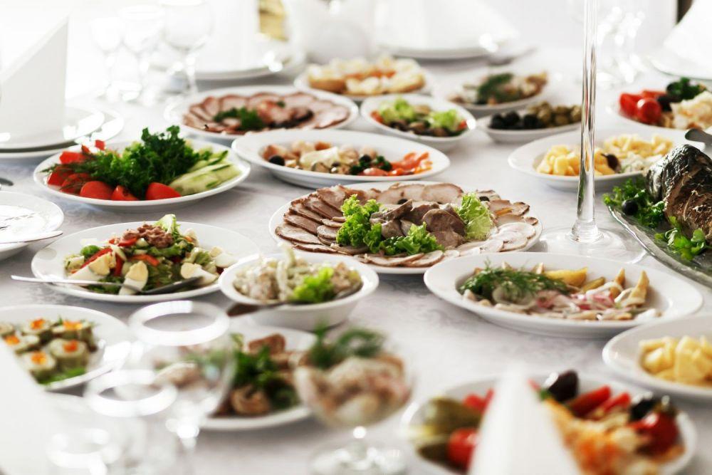 weselny stół zastawiony jedzeniem
