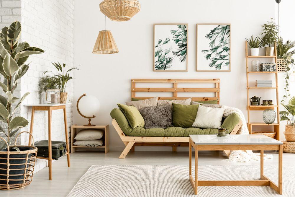 drewniane dodatki i kwiaty w mieszkaniu w stylu boho