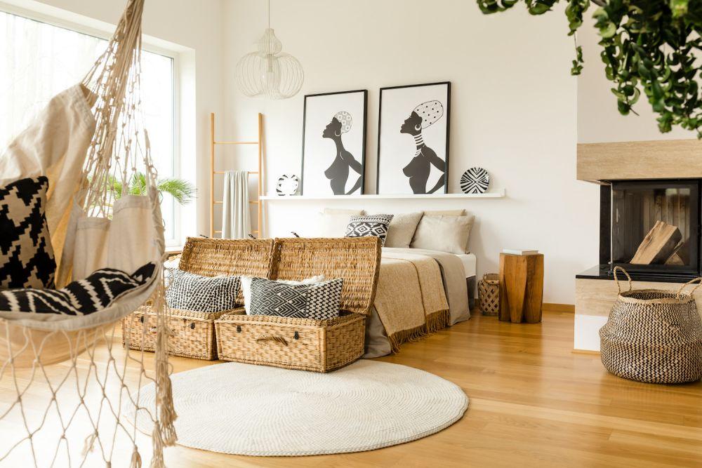 ratanowe kufry i hamak w mieszkaniu w stylu boho