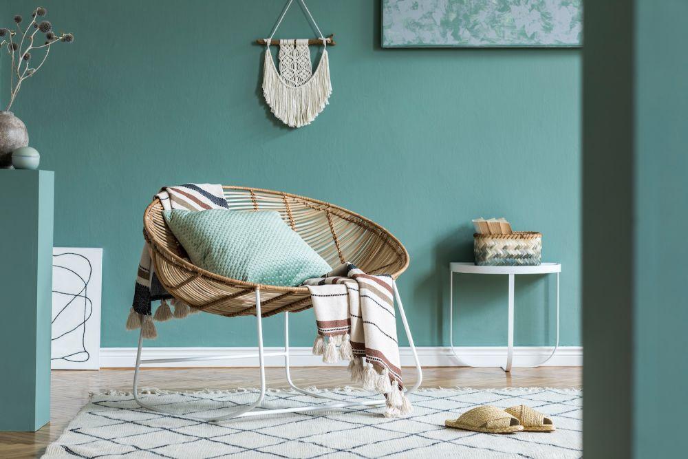 poduszki koce i ozdoby w mieszkaniu w stylu boho