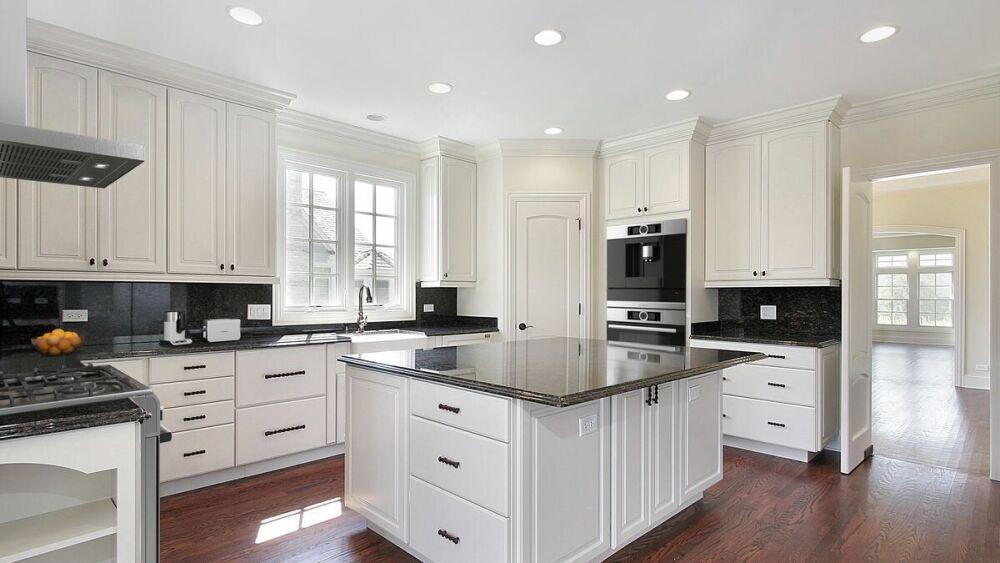 duża biała kuchnia, meble z czarnymi blatami, styl francuski