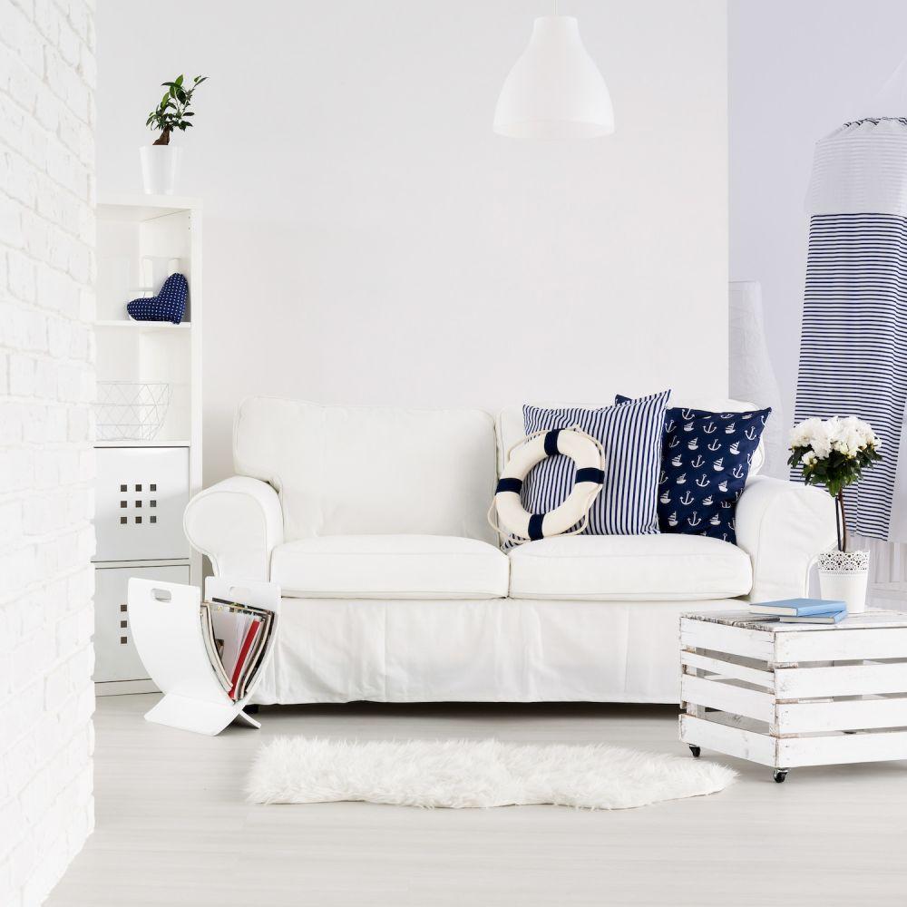 salon w stylu marynistycznym, granatowo-biały salon