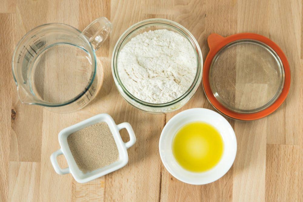 składniki na pizzę woda, mąka, oliwa, drożdże